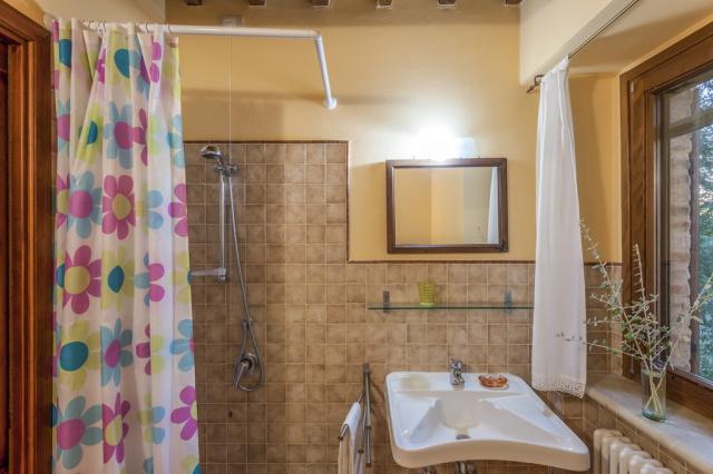 Noord Le Marche Urbino Villa LMV2310A Badkamer