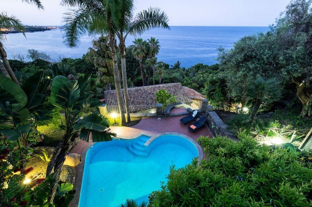 Sicilie Acireale Villa Zee Zwembad Buitenkeuken 12h