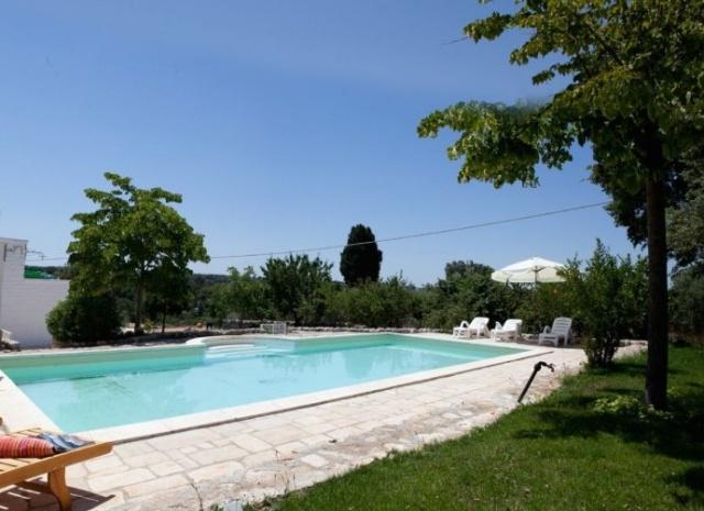 Grote trullo met zwembad in puglia - Samengestelde pool weergaven ...