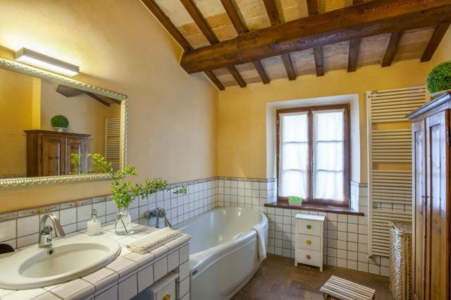 Fermignano Le Marche Luxe Villa Zwembad Badkamer 2