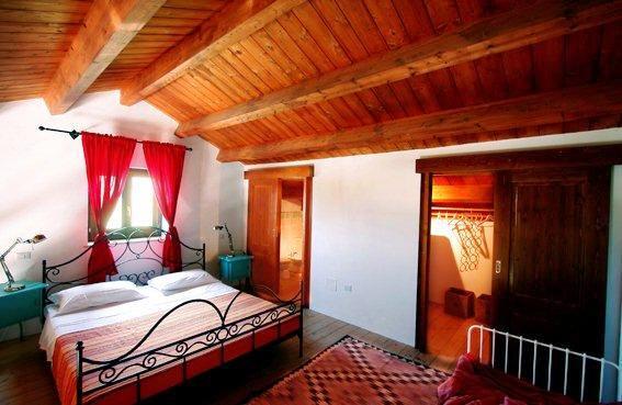 Luxe Appartementen Met Zeer Groot Zwembad In Le Marche 27 Soppalco Con Letto Matrimoniale, Bagno, Cabina Armadio E Scorcio Di Lettino