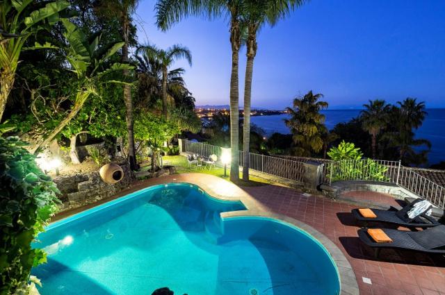 Sicilie Acireale Villa Zee Zwembad Buitenkeuken 12i