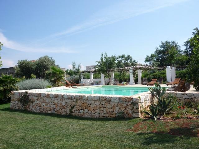 Trulli Complex Met Lamie En Gedeeld Zwembad Itria Vallei Puglia Zuid Italie 1